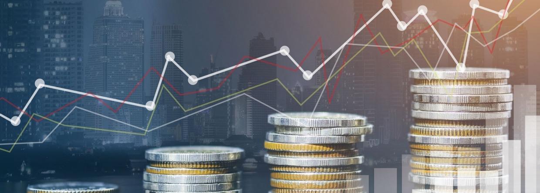 stapeltjes geld van klein naar groot als symbool dat de economie groeit