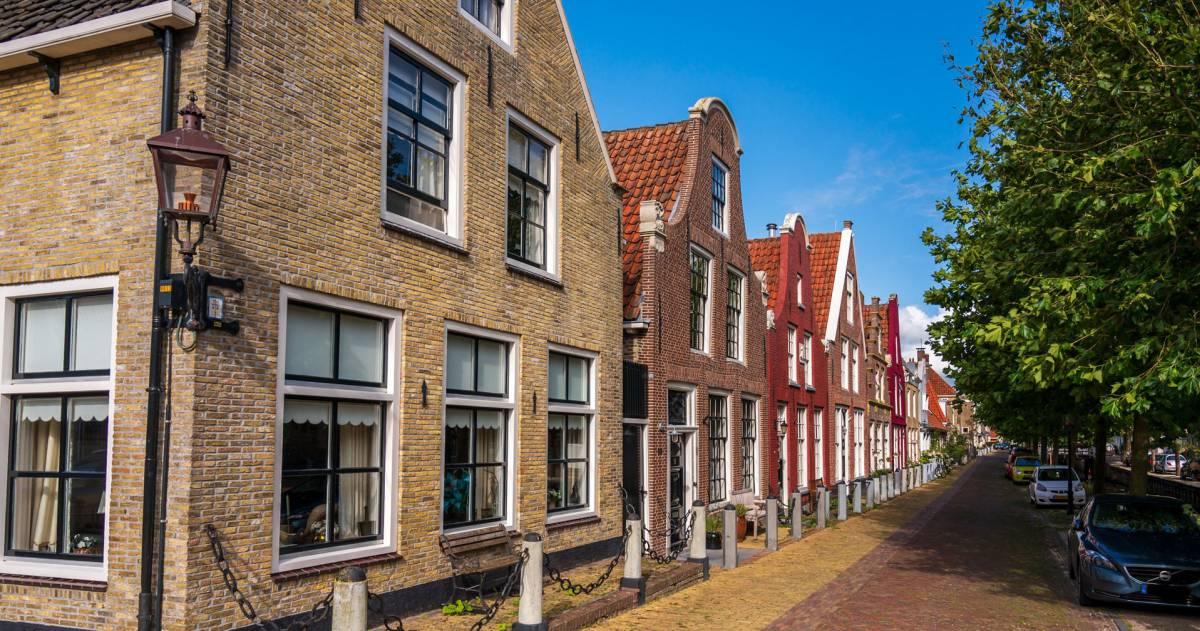 Een straat met huizen aan de linkerkant in Harlingen