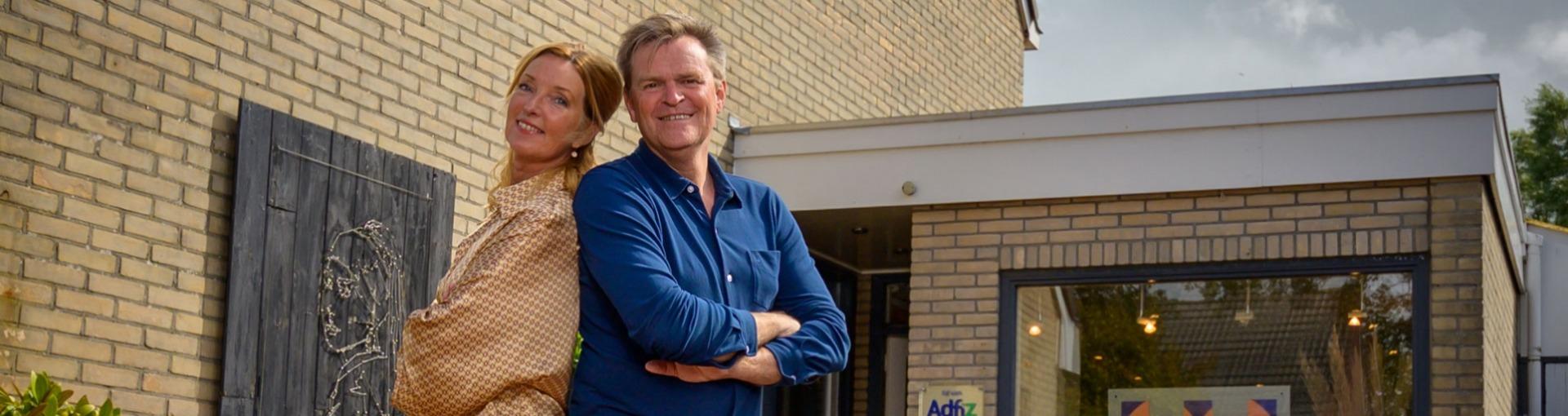 Annalies en Anne Muurling voor hun kantoor in Harlingen