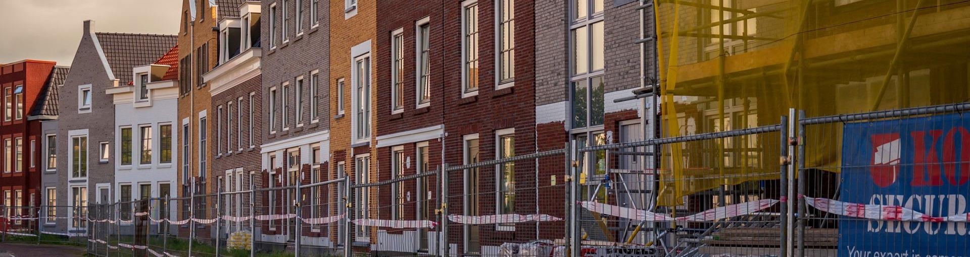 Een straat in Harlingen waar woningen verbouwd worden