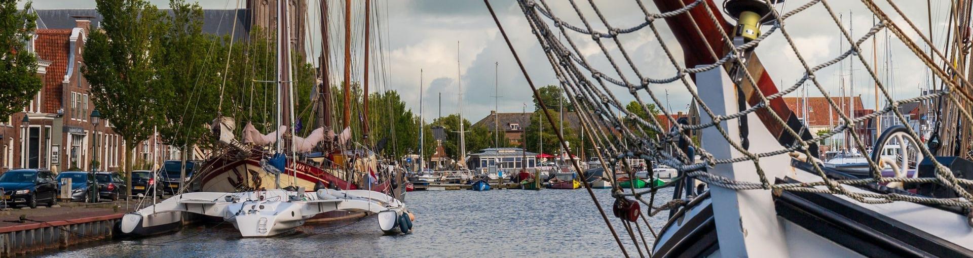 De haven van Harlingen met boten die in het water liggen