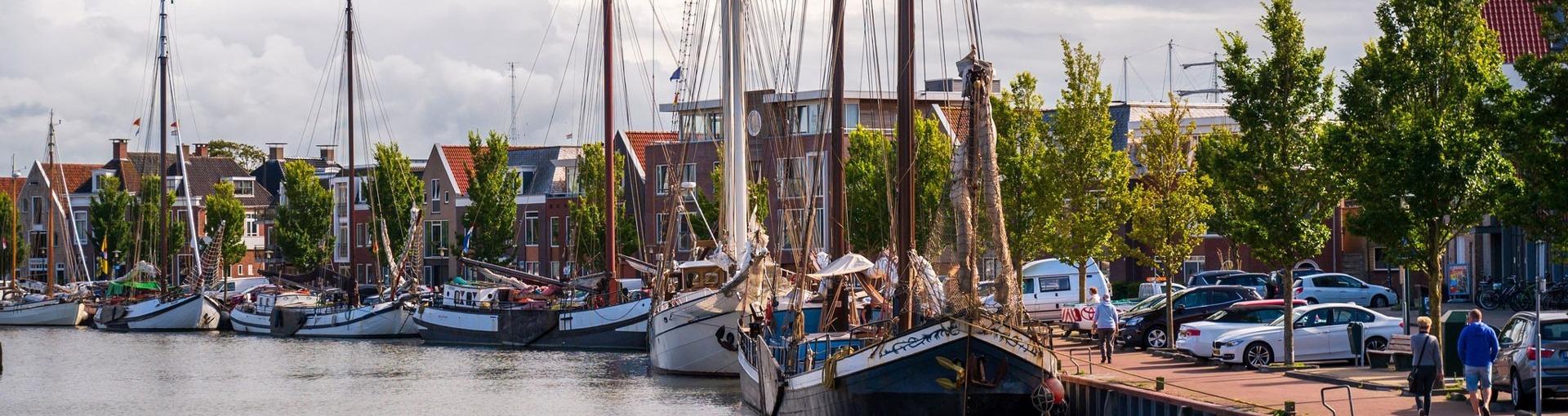 De haven van Harlingen met boten in het water