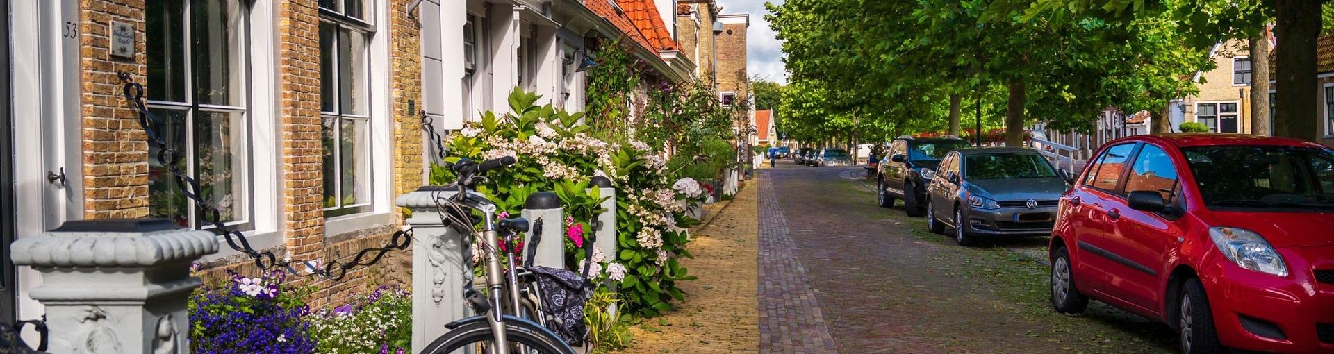 Een straat met woningen in Harlingen