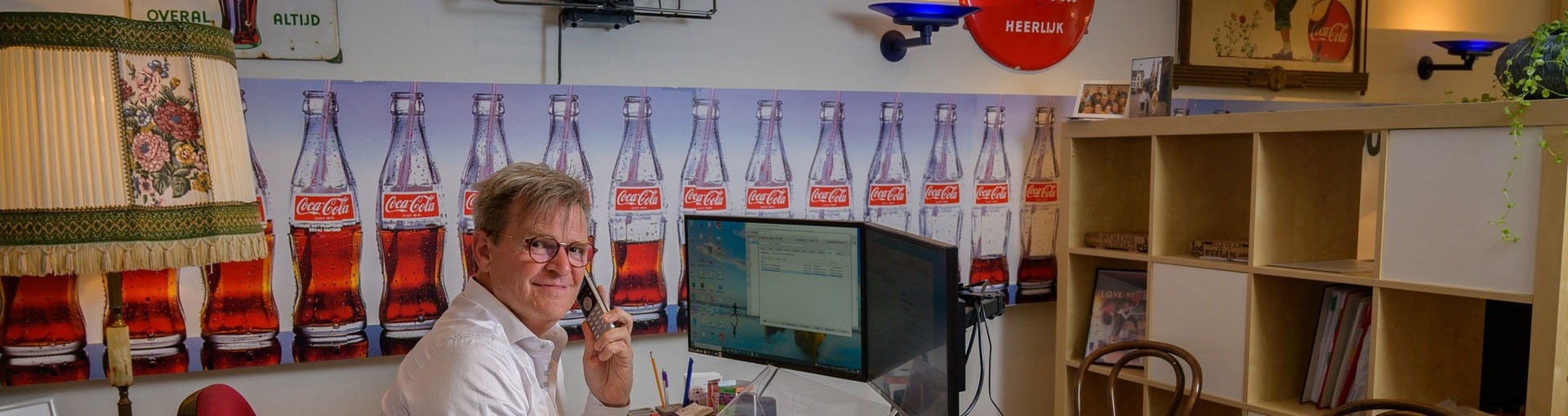 Anne Muurling aan de telefoon aan zijn bureau