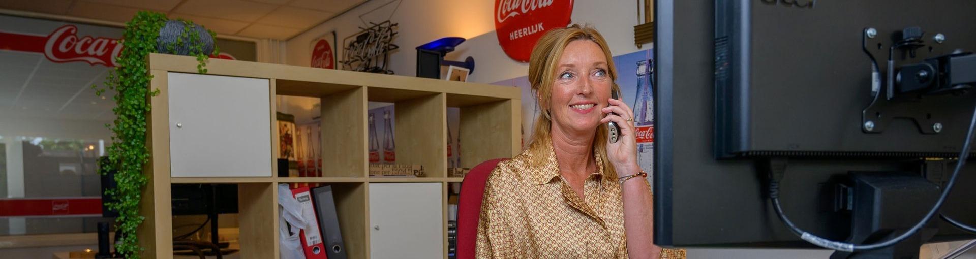 Annalies Muurling aan de telefoon met een klant